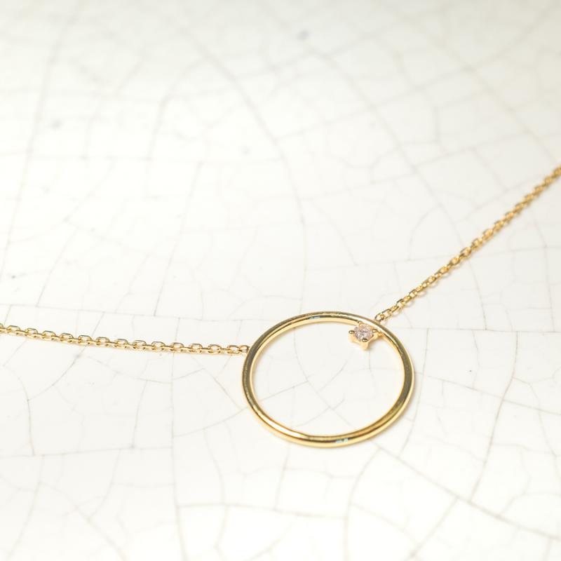 Collier moyen cercle fil rond  serti d'un diamant