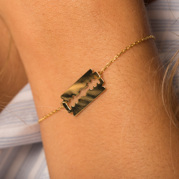 Bracelet lame de rasoir en Or porté avec chaîne en or